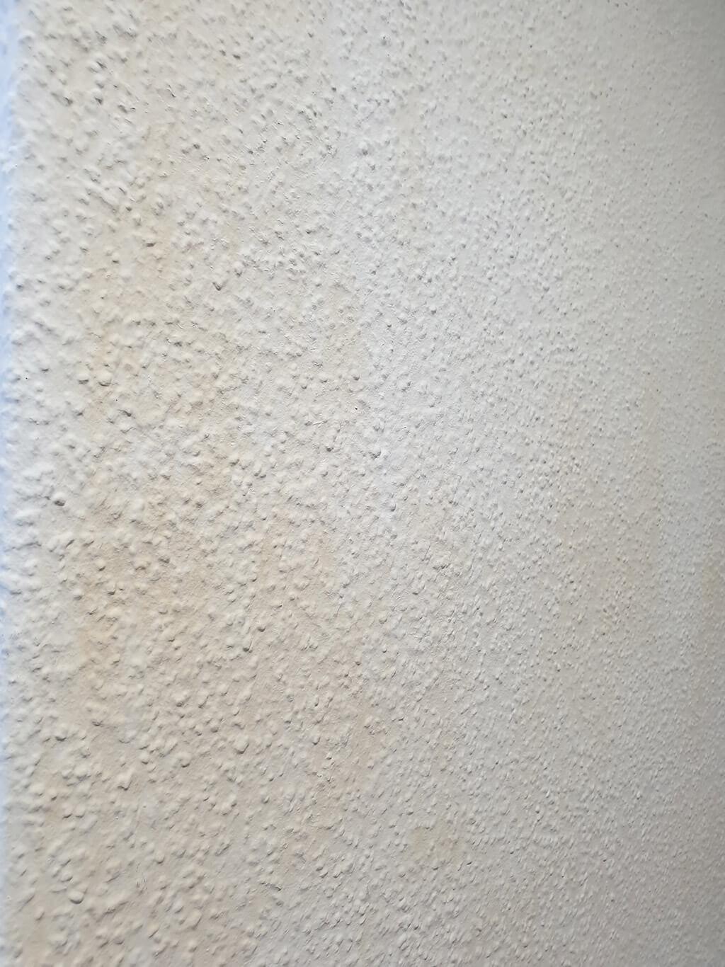 Vergilbte Wände in einer Raucherwohnung